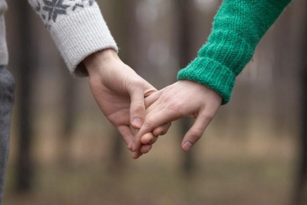 占い(恋愛)をするなら当たると都内で評判の高い【エンジェルガーデン】へお越しください。私共の占いは、四柱推命を専門とし、多くの専門の占い師が在籍しています。占いで、特にご要望が多いのは「恋愛」や「仕事」についてです。占いの結果を通して、お客様の運気が良い方向へと運ぶキッカケとなれば幸いです。「恋愛」占いで人と人を結ぶイメージ画像